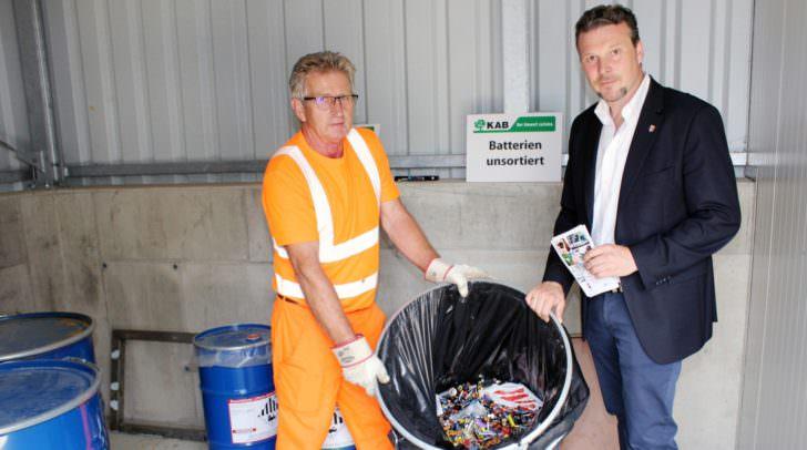 Entsorgungsreferent Stadtrat Wolfgang Germ besichtigt den eigenen Lagerraum für Lithium-Batterien/Akkus bei der ASS Nord.
