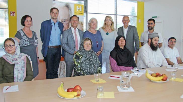 Vizebürgermeister Jürgen Pfeiler mit Hilfswerkdirektor Horst Krainz, MAS, und Mitarbeitern von Sozialamt und Hilfswerk mit Kursteilnehmern