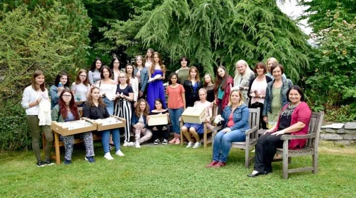 Die zukünftige Direktorin Prof.in OSTR Annemarie Mischitz freute sich mit den Schülerinnen und den betreuenden  Fachlehrerinnen über die Decken wurden stolz übergeben.