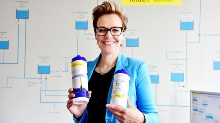 Stadträtin Katharina Spanring präsentiert die neuen Trinkflaschen für die Stadt Villach.