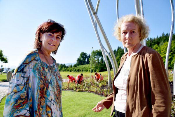 Vizebürgermeisterin Petra Oberrauner und Hannelore Hudezeck präsentieren mit dem Stadtgartenteam den neuen Kreisverkehr.