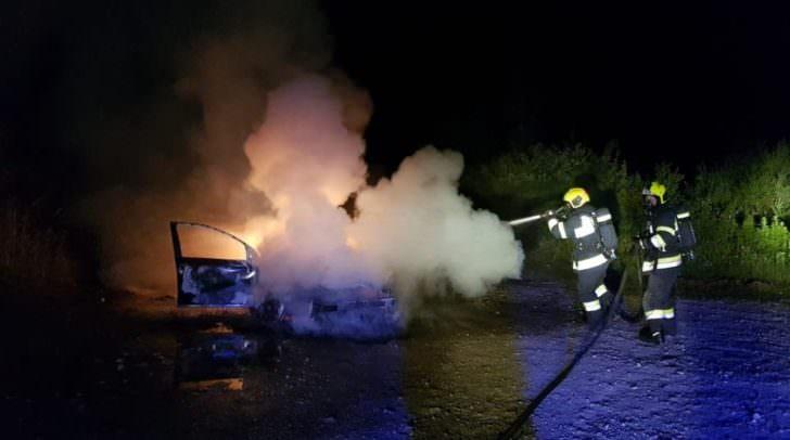 Das brennende Fahrzeug konnte auf dem Parkplatz eines Grillplatzes lokalisiert werden.