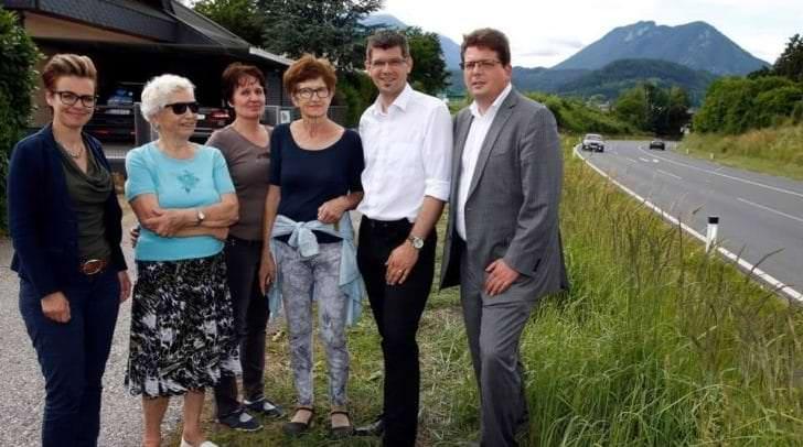 Stadträtin Katharina Spanring (links) und Stadtrat Christian Pober (rechts) freuen sich mit den Anrainern an der B100 über den Start der Bauaerbeiten.