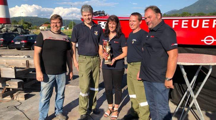 Die Freude über den neuen Schiffsmotor ist bei der FF Kirschentheuer groß. Im Gegenzug wurde der JetMarine der heilige Florian, Schutzparton der Feuerwehr, überreicht.