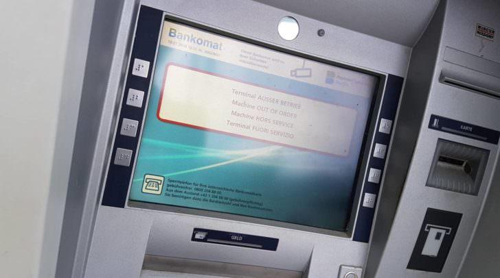 Der Dieb scheiterte aufgrund der massiven Sicherungen daran, den Geldaustomaten aus seiner Verankerung zu lösen.