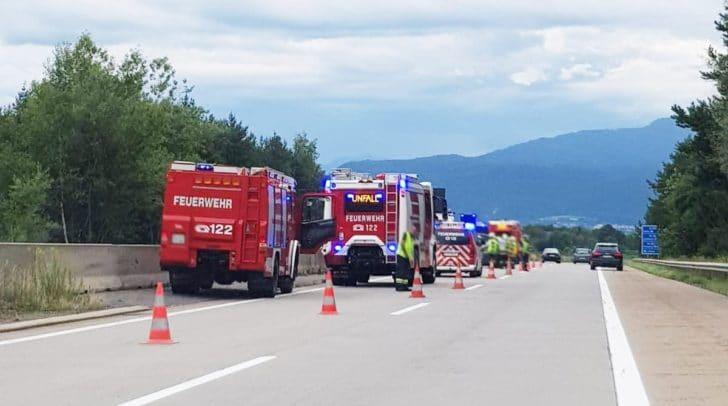 Einsatzkräfte der Polizei und Feuerwehr sind bereits vor Ort.