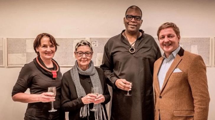 Galeristin Edith Kapeller, Angelika Kaufmann, Jazzmusiker Jon Sass und Villachs Bürgermeister Günther Albel bei einer Vernissage 2014.