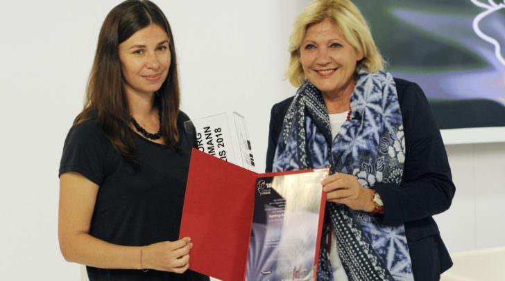 Bürgermeisterin Dr. Maria-Luise Mathiaschitz überreicht die Siegerurkunde zum 42. Ingeborg-Bachmann-Preis an Tanja Maljartschuk.