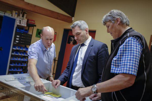 Über eine Stunde lang wurde dem Generalsekretär Karl Nehammer der Villacher Betrieb gezeigt.