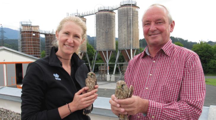 Tina Pflanzl und Wolfgang Botthof konnten mit Hilfe eines Falkners die Tiere unversehrt zu den Eltern zurückbringen.