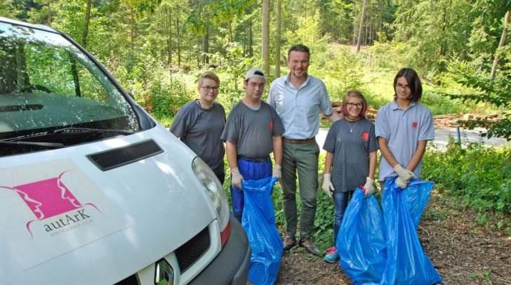 Stadtrat Wolfgang Germ dankte Sandra Komar (li.) sowie Johann, Carina und Bayan für ihren Einsatz im Sinne einer sauberen Umwelt.