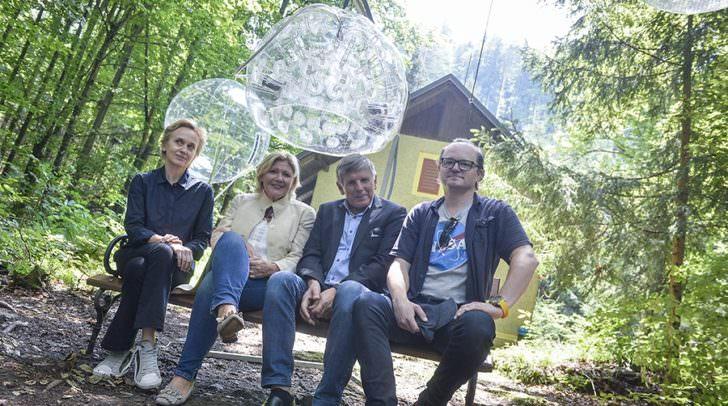 Kulturreferentin Bürgermeisterin Dr. Maria-Luise Mathiaschitz mit dem Künstler Wolfgang Semmelrock, dem Reifnitzer Bürgermeister Markus Perdacher und der Vermieterin des Mahlerhäuschens, Felicitas Thun-Hohenstein.