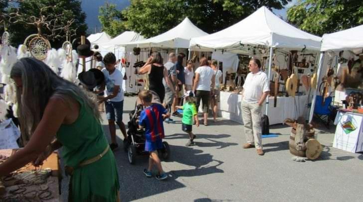 61 ausgesuchte nationale und internationale Kunsthandwerker bieten ihre Kunsthandwerke am Bauernmarktgelände in Faak am See zum Verkauf an.