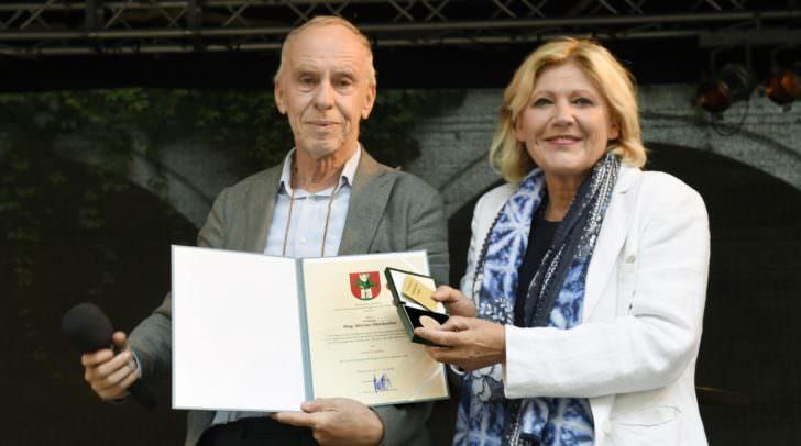 Bürgermeisterin Dr. Maria-Luise Mathiaschitz zeichnet den langjährigen Obmann des Musikforum, Mag. Werner Überbacher, mit dem Ehrpfennig der Landeshauptstadt Klagenfurt aus.