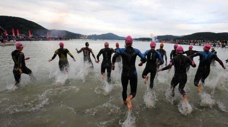 Erste Disziplin: 3,86 km schwimmen. Athletinnen und Athleten beim Ironman 2018.