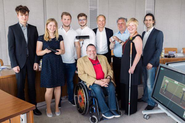 Felix Götzhaber und Marco Kobald (mitte, weiße Shirts) mit weiteren Siegern und den Vertretern des Wettbewerbs