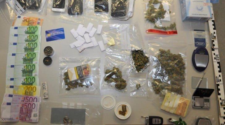 Drogen und eine große Menge Bargeld konnten bei der Durchsuchung sichergestellt werden.