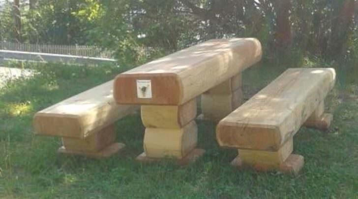Eine Tischgarnitur aus Massivholz wurde gestohlen.
