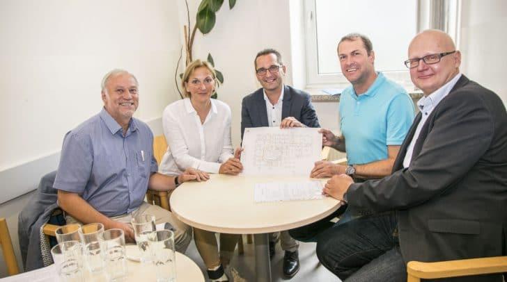 v.l. DSA Ernst Nagelschmied und Dr. Birgit Trattler (Abt. Gesundheit) mit den zuständigen politischen Referenten Stadtrat Mag. Franz Petritz und Markus Geiger sowie mit DI (FH) Robert Slamanig (Abt. Facility Management) präsentierten gemeinsam die Sanierungspläne der VIVA.