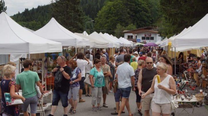 Touristen und Einheimische genießen den Ausflug über den Markt