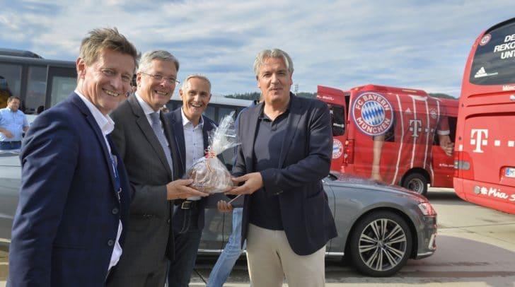 Ankunft FC Bayern am Klagenfurter Flughafen mit LH Peter Kaiser, Landessportdirektor Arno Arthofer, Vzbgm. Jürgen Pfeiler und Vorstand Jörg Wacker