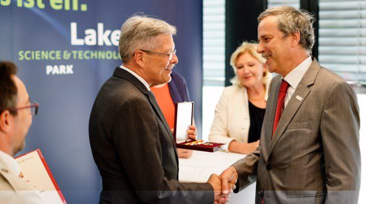 Mit Stolz übergibt LH Peter Kaiser Wolfgang Pribyl das Große Goldene Ehrenzeichen.