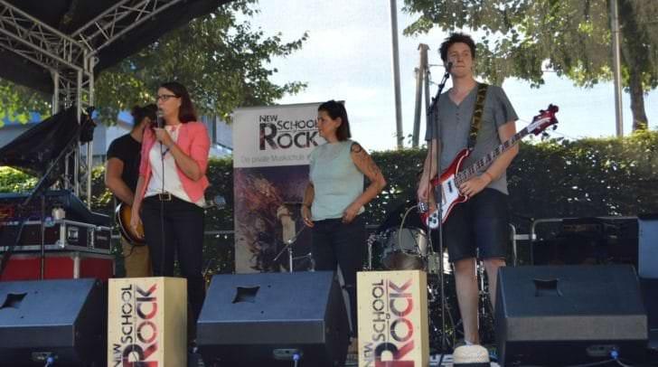 Landesrätin Sara Schaar und Angelika Müller (New School of Rock) freuen sich über das große Interesse an der Jugendbühne des Landes Kärntens
