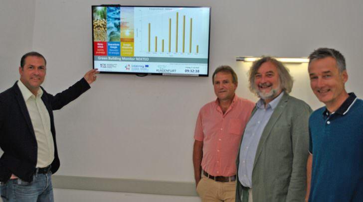 v.l. StR. Markus Geiger, Ing. Otto Wieser, StR. Frank Frey und Dr. Wolfgang Hafner beim Energiemonitor im Rathaus Foyer.