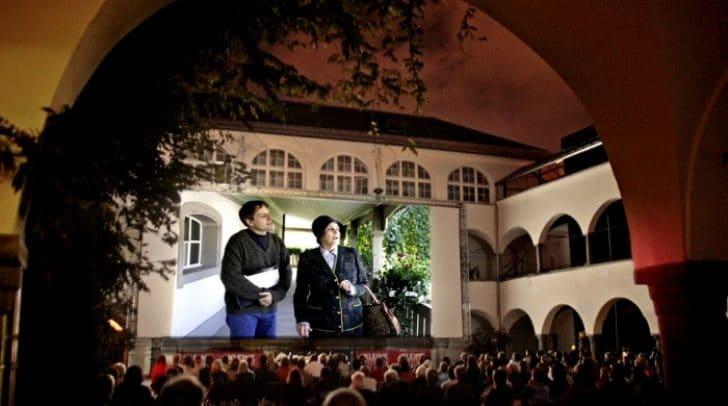 Seit dem Jahr 2000 findet jeden Sommer das Open Air Kino im Burghof statt.