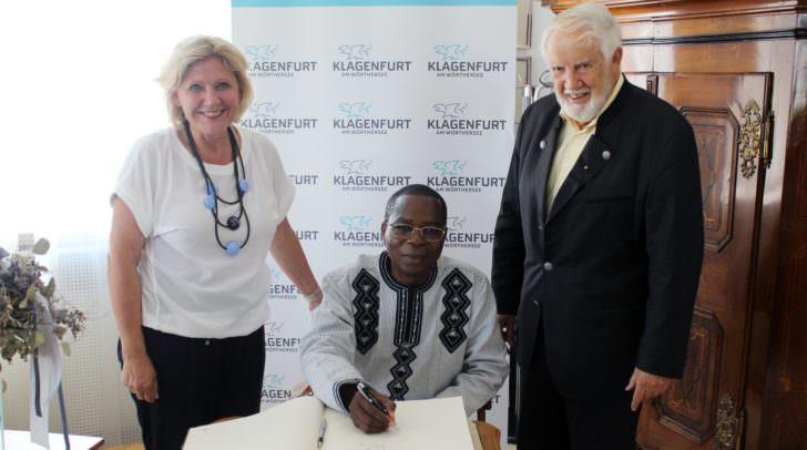 Im Beisein von Bürgermeisterin Dr. Maria-Luise Mathiaschitz und Honorarkonsul Eduard Schüssler trug sich Botschafter Dieudonnè Kere in das Goldene Buch ein.