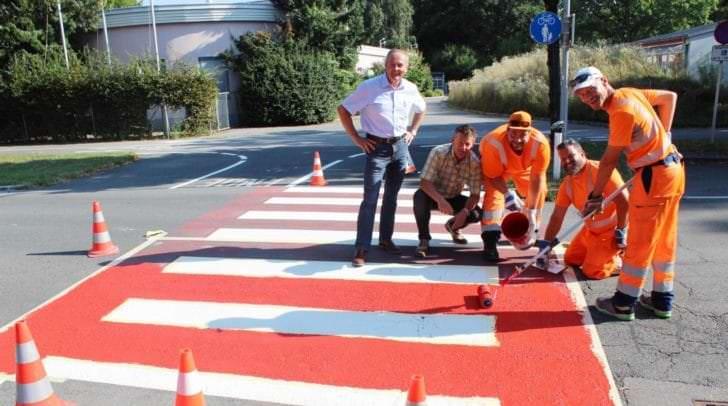 Auch in der Rilkestraße in unmittelbarer Nähe zur VS 14 und VS 27 Welzenegg frischen die Mitarbeiter der Abteilung Straßenbau und Verkehr die roten Farbmarkierungen auf.