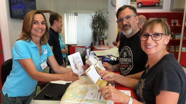 Info-Mitarbeiterin Karin Adlassnig-Zima informiert Sabrina Cenni und Fiorenzo Cembali aus Bologna schon jetzt über den Villacher Advent