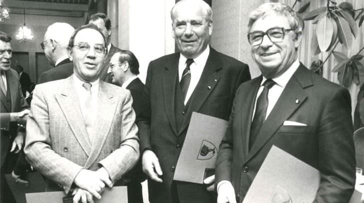v.l.n.r: Stadtrat aD Heinrich Amtmann, Vizebürgermeister aD Max Lauritsch und Ing. Erwin Tschachler bei der Ehrenzeichenverleihung 1988.