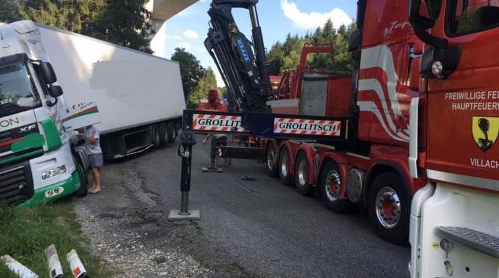 Der LKW drohte über die Straßenböschung abzustürzen.