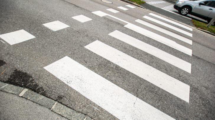Beim Überqueren eines Schutzweges wurde der 21-jährige Fußgänger aus dem Bezirk Klagenfurt von dem 77-jährigen PKW-Lenker übersehen.