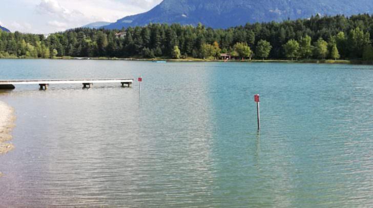 Im Strandbad am Silbersee soll Mitte August der Mann ein kleines Mädchen auf die Toilette gelockt und sie sexuell bedrängt haben.