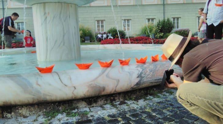 Ein Zeichen setzen: Symbolisch stehen die Papierschiffchen für das Retten von Menschenleben