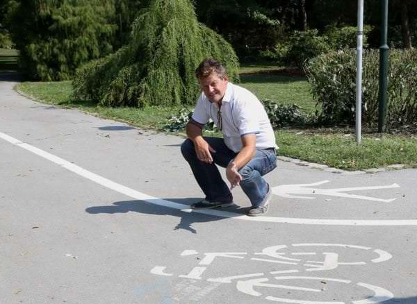 Vizebürgermeister Christian Scheider vor dem Radfahrstreifen vom Europapark in Richtung Metnitzstrand.