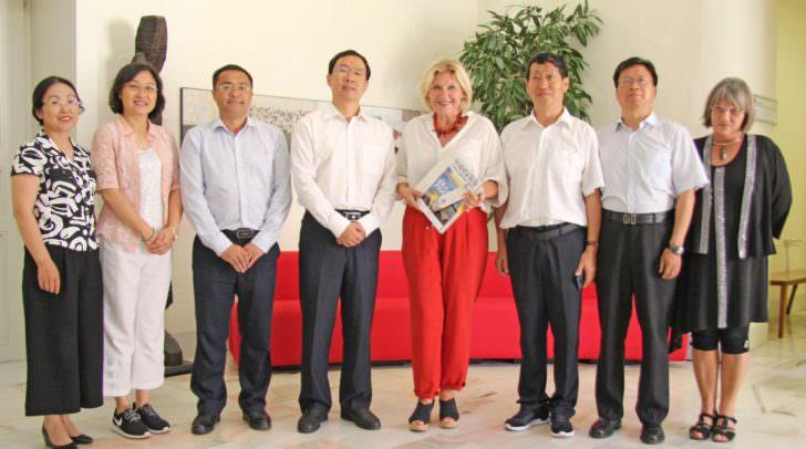 Bürgermeisterin Dr. Maria-Luise Mathiaschitz mit Vize-Gouverneur Feng Bin (links davon), den restlichen Delegationsmitgliedern und Protokollchefin Mag. Eva Janica (re.).