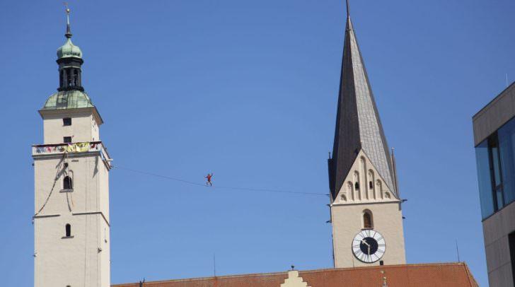 Alex Schulz im bayerischen Ingolstadt. Balanceakt zwischen Pfeifturm und Moritzkirche.