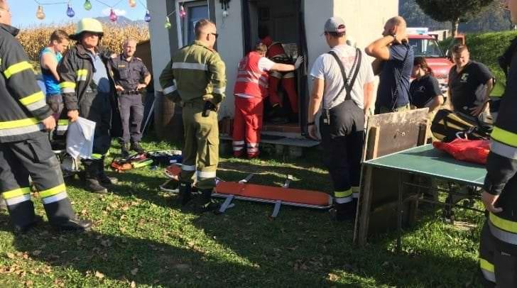 Am Nachmittag des 29.09.2018 gegen 16:00 Uhr stürzte eine 28-jährige Frau in einem Nebengebäude in einen etwa drei Meter tiefen Kellerschacht in Weizelsdorf, Gemeinde Feistritz im Rosental.<br /></noscript>