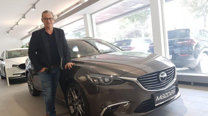 Michael Brodegger, er ist der MAZDA-Profi im Autohaus, berät euch gerne. Am Bild der neue Mazda6.