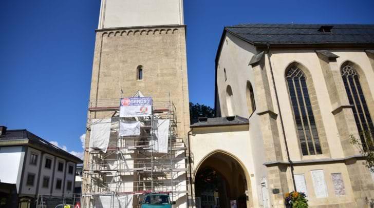 Ein Gerüst ist auf der Südseite des Turms der Stadthauptpfarrkirche angebracht