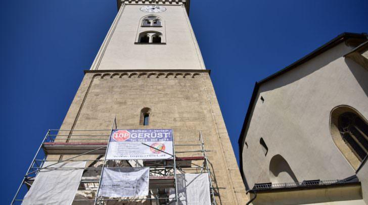 Der eingerüstete Turm der Stadtpfarrkirche
