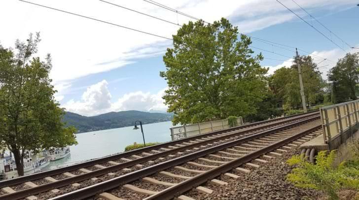 Der Bahnverkehr war für die Dauer des Einsatzes in beide Fahrrichtungen gesperrt.