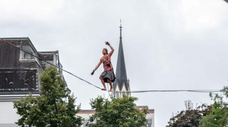Über 90 Mal will der deutsche Profi-Slackliner Alex Schulz die gespannte Highline überqueren.