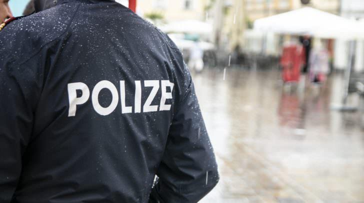 Der 32-Jährige trat nach den einschreitenden Polizisten und bedrohte sie mit dem Umbringen.