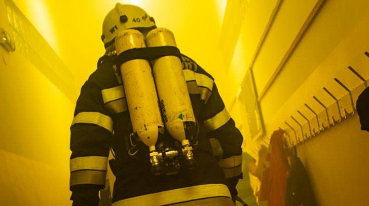 Mit schwerem Atemgerät ausgerüstet konnten die Einsatzkräfte die beiden Personen aus dem verrauchten Haus retten.