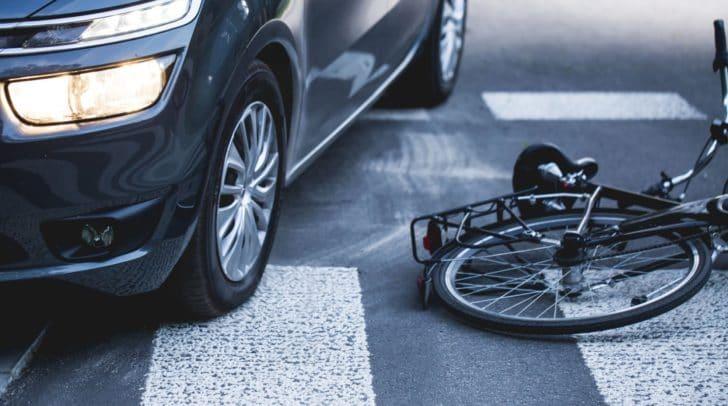 Nachdem er einen Radfahrer gestreift und zu Sturz gebracht hatte, fuhr ein PKW-Lenker einfach weiter. Kurz darauf überlegte er es sich scheinbar anders.