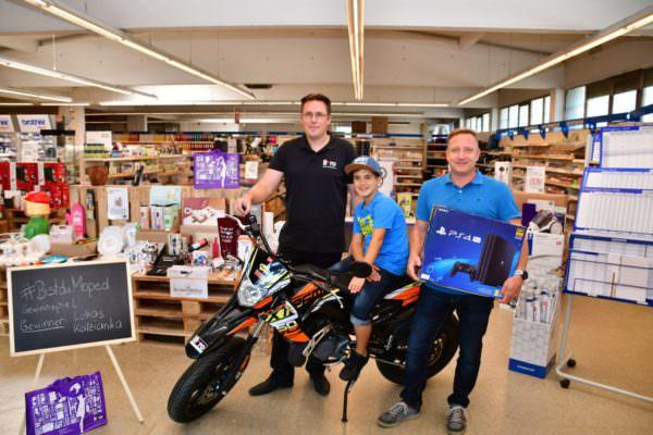 Die Spielkonsole und das Moped wurden bereits den Gewinnern übergeben.